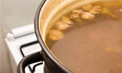 素高汤是用什么熬制的?熬素汤,其主料与清水的比例搭配并非固定,应按照时