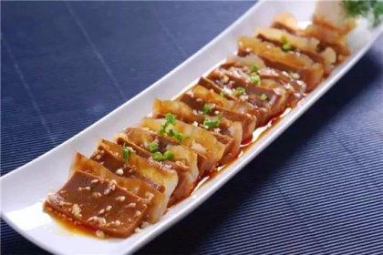 麻腐用绿豆淀粉、芝麻酱熬匀冷却而成,光滑鲜香、清爽利口,但由于制作流程