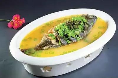 此菜的双椒指青花椒和青杭椒,与湖南菜做鱼用的鲜紫苏叶一起搭配青波鱼,味
