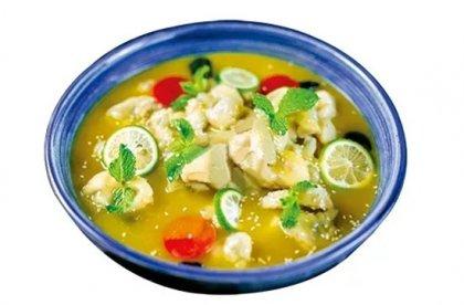 柠檬酸汤牛蛙这道菜选用牛蛙为主料,再搭配蔬菜、菌类一同成菜,用自制的柠