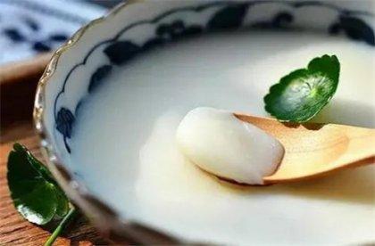 厨师炒菜下猪油,究竟健不健康猪油在很多人的眼里,就是香,无论用来拌饭、