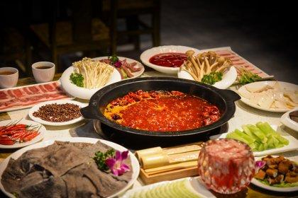 主持人:像小油条、鲜笋、笨菠菜等都火了,您是如何选品的?重庆火锅底料批